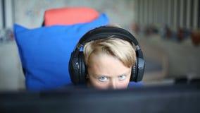 Teenager, der Computerspiele auf PC spielt stock video