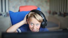 Teenager, der Computerspiele auf PC spielt stock footage