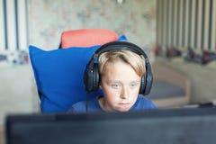 Teenager, der Computerspiele auf PC spielt Lizenzfreie Stockbilder