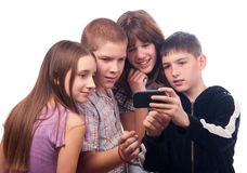 Teenager, der den Freunden digitalen Inhalt zeigt Stockfoto