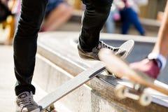 Teenager, der draußen Skateboard fährt Stockfotografie