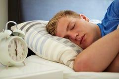 Teenager, der durch Warnung schläft Stockfotos
