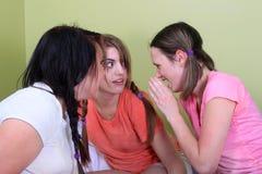 Teenager, der Geheimnisse erklärt Stockfoto