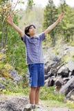 Teenager, der Hände im Lob anhebt Lizenzfreie Stockfotos