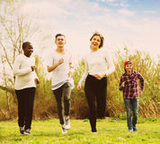 Teenager, der im Frühjahr Park laufen lässt Stockbild