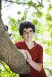 Teenager, der im Holz steht lizenzfreie stockfotos