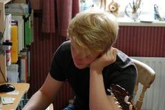 Teenager, der im Innenministerium studiert Lizenzfreie Stockbilder
