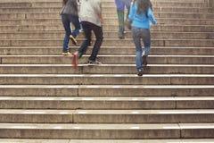 Teenager, der oben in der Schule Treppe laufen lässt Stockbild