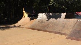 Teenager, der Skateboard übt stock video footage
