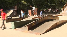 Teenager, der Skateboard übt stock video