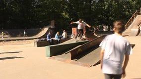 Teenager, der Skateboard übt stock footage