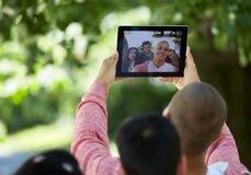 Teenager, der Spaß hat und heraus draußen hängt Stockbilder