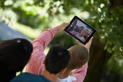 Teenager, der Spaß hat und heraus draußen hängt Lizenzfreies Stockbild