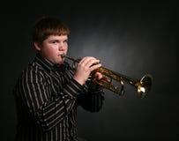 Teenager, der Trompete spielt lizenzfreies stockfoto