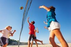 Teenager, der Volleyball während der Sommerferien spielt lizenzfreies stockfoto