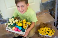 Teenager, der Zeit auf Ostern verbringt Lizenzfreie Stockfotos