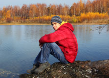 Teenager durch Fluss Stockbild