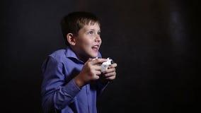 Teenager in einem blauen Hemd, ein Videospiel spielend stock video footage