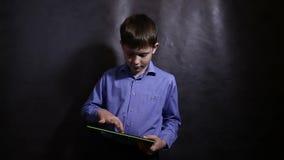 Teenager in einem blauen Hemd, welches das Laufen auf spielt stock video footage