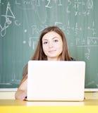 Teenager facendo uso del computer portatile Fotografia Stock Libera da Diritti