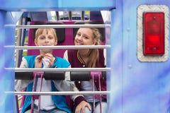 Teenager-Fahrt auf das Karussell Stockfotos