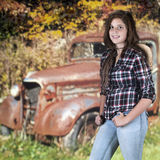 Teenager felice e un camion del ciarpame Immagine Stock