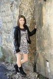 Teenager felice sbriciolandosi parete Fotografia Stock Libera da Diritti