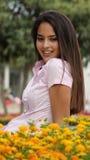 Teenager femminile in giardino floreale Fotografia Stock Libera da Diritti
