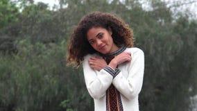 Teenager femminile ispanico romantico della ragazza di Latina nell'amore archivi video