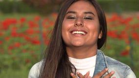 Teenager femminile ispanico timido sorridente archivi video