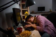 Teenager gewöhnt zu den Computerspielen Einschlafen vor Computer lizenzfreie stockbilder