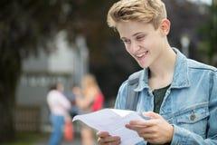 Teenager glücklich mit Prüfungs-Ergebnissen Lizenzfreies Stockbild