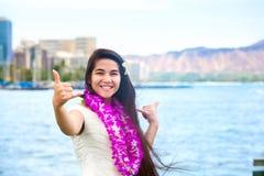 Teenager hawaiano con i leu che rendono a caduta segno sciolto, Waikiki, Honolulu Fotografia Stock