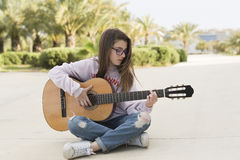 Teenager with her guitar Royalty Free Stock Photos