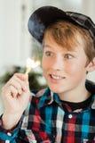 Teenager hypnotisiert durch Flamme des brennenden Zündholzes Stockfotografie