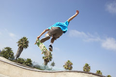 Teenager im Skateboard-Park Stockfoto