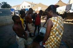 Teenager am Lager verlegten Leute in Angola lizenzfreies stockbild