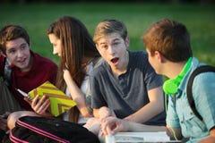 Teenager maschio sorpreso con gli amici Fotografia Stock Libera da Diritti