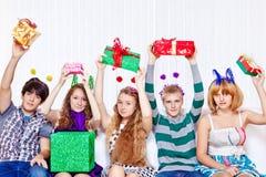 Teenager mit Geschenken lizenzfreie stockbilder