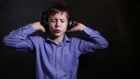 Teenager mit Kopfhörern hörend Musik und stock footage