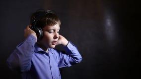 Teenager mit Kopfhörern hörend Musik und stock video footage
