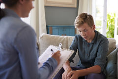 Teenager mit Problem zu Hause sprechend mit Ratgeber Lizenzfreies Stockfoto