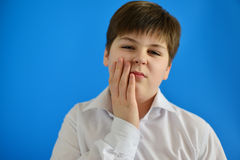 Teenager mit Zahnschmerzen auf hellem Hintergrund Stockfoto