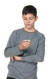 Teenager premuroso con un telefono cellulare Immagini Stock Libere da Diritti