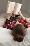 Teenager reading a book Royalty Free Stock Images