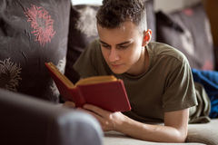 Teenager reading a book Royalty Free Stock Photos