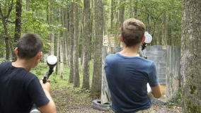 Teenager schießt Paintball im Wald 10 08 2017 Kyiv ukraine stock video footage