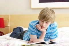 Teenager-Schreiben im Tagebuch im Schlafzimmer Stockfotografie