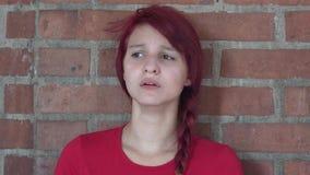 Teenager solo triste con la depressione stock footage