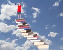 Teenager sopra la scala del libro Fotografie Stock Libere da Diritti